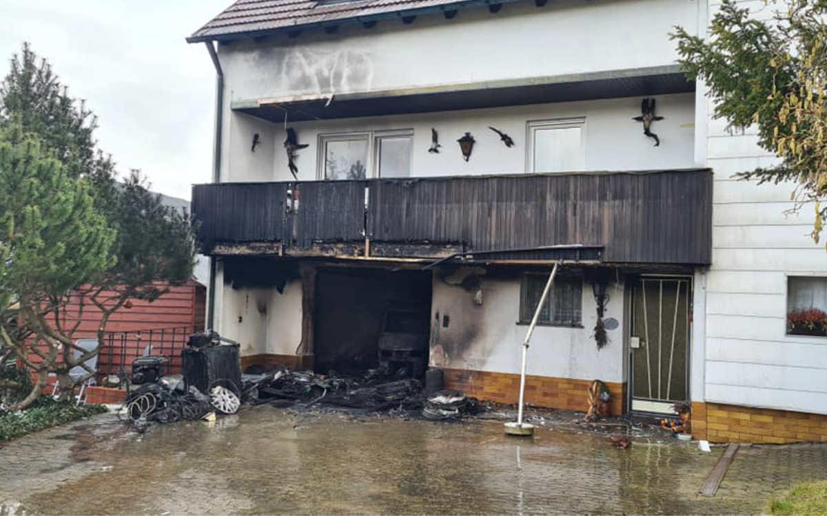 Feuer in Bindlach: Meterhohe Flammen drangen aus der Garage des Wohnhauses. Foto: Feuerwehr Bindlach