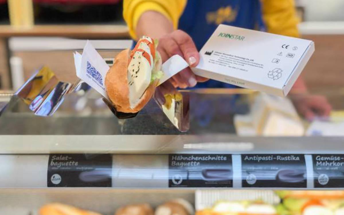 YORMA'S bietet in Bayreuth Corona-Selbsttests an - dabei handelt es sich um einen Spucktest. Foto: YORMA'S
