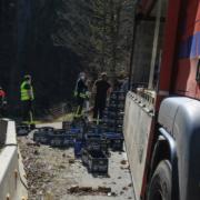 Am frühen Dienstagnachmittag (30.3.2021) hat ein Bierlaster im Landkreis Bayreuth seine Ladung verloren. Foto: n5/Merzbach