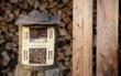 Lebensräume für bedrohte Bienenarten: Ein Insektenhotel lässt sich ganz einfach selbst bauen. Foto: djd/STIHL