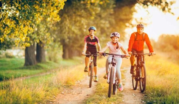 Die Region neu entdecken und kurzweilige Ausflüge mit der Familie unternehmen: Radtouren machen allen Spaß. Foto: djd/Waldenburger Versicherung/Getty Images/Kontrec