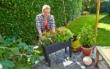 Für Hochbeete gibt es im Gartenfachhandel aufeinander abgestimmte Erden und Materialien für den Unterbau, die Vegetationsschicht und zum Mulchen als Verdunstungsschutz. Foto: djd/frux