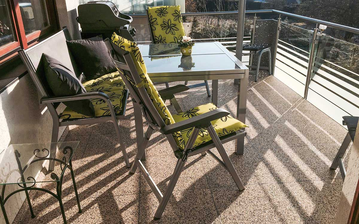 Neuer Look für ältere Balkone: Eine Sanierung wertet den Außenbereich optisch auf und schützt gleichzeitig vor weitergehenden Feuchtigkeitsschäden. Foto: djd/Renofloor