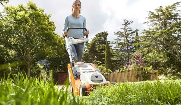 Die Rasenpflege entspannt - und sorgt mit wenigen Handgriffen für einen dichten und grünen Teppich. Foto: djd/STIHL/Thomas Kettner