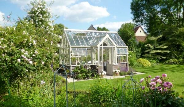 Echte Aufwertung des Gartens: Die optisch ansprechenden Gewächshäuser im britischen Stil sind handgefertigt und langlebig. Foto: djd/Andrew Burford Hartley Botanic