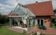 Ein Zusammenspiel von Aluminium und Glas: Ein Wohnwintergarten ist so individuell wie seine Bauherren und fügt sich in die Optik des Eigenheims ein. Foto: TS-Aluminium-Profilsysteme GmbH & Co. KG/akz-o