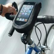 Auf Radtouren fast unverzichtbar: Das Smartphone. Foto: Klickfix/akz-o