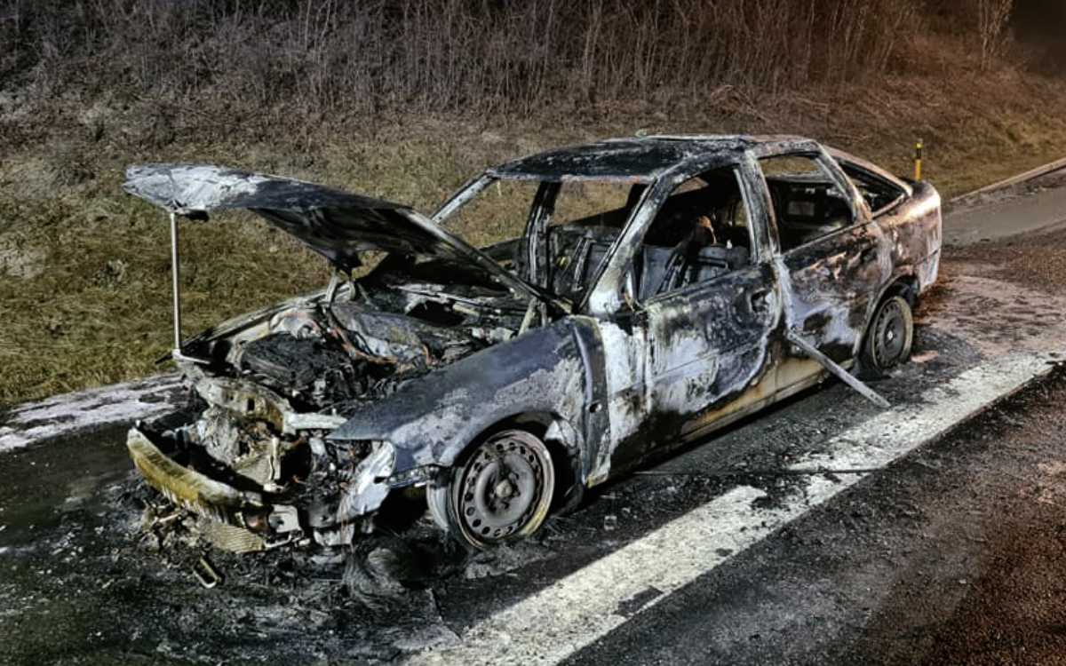 Auf der A9 im Landkreis Bayreuth ist ein Auto in Flammen aufgegangen. Foto: Feuerwehr Bindlach