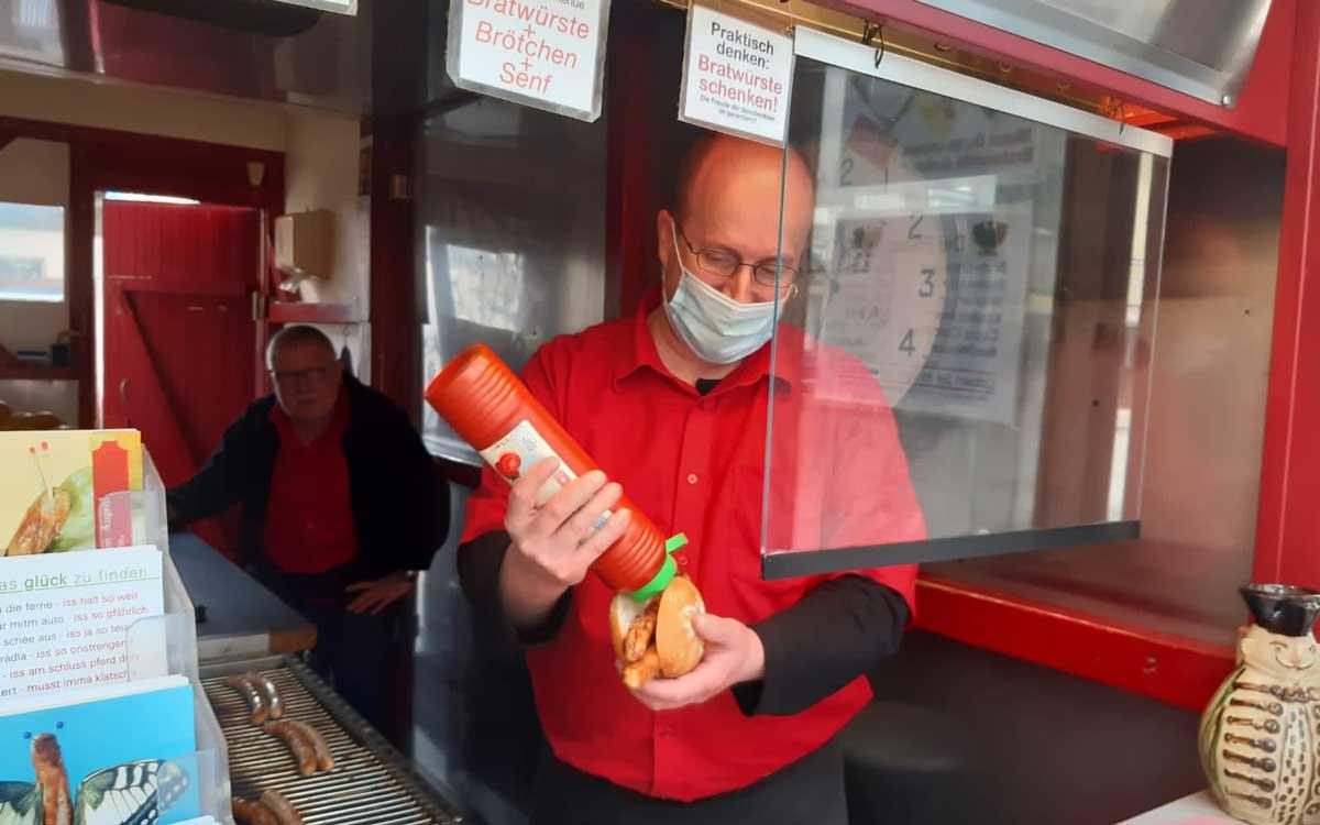 Vorsicht am Bratwurst-Ständla in der Richard-Wagner-Straße. An einem 1. April kann in der roten Ketchup-Flasche schon mal Senf sein - und umgekehrt! Foto: Stephan Müller
