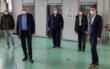 Oberbürgermeister Thomas Ebersberger (2.v.l.) und Landrat Florian Wiedemann (rechts) eröffnen das Impfzentrum beim Stadtbad. Bild: Bayreuther Tagblatt