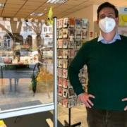 Inhaber Benjamin Breuer von der Buchhandlung Breuer & Sohn im Eingangsbereich seines Geschäfts. Bild: Jürgen Lenkeit