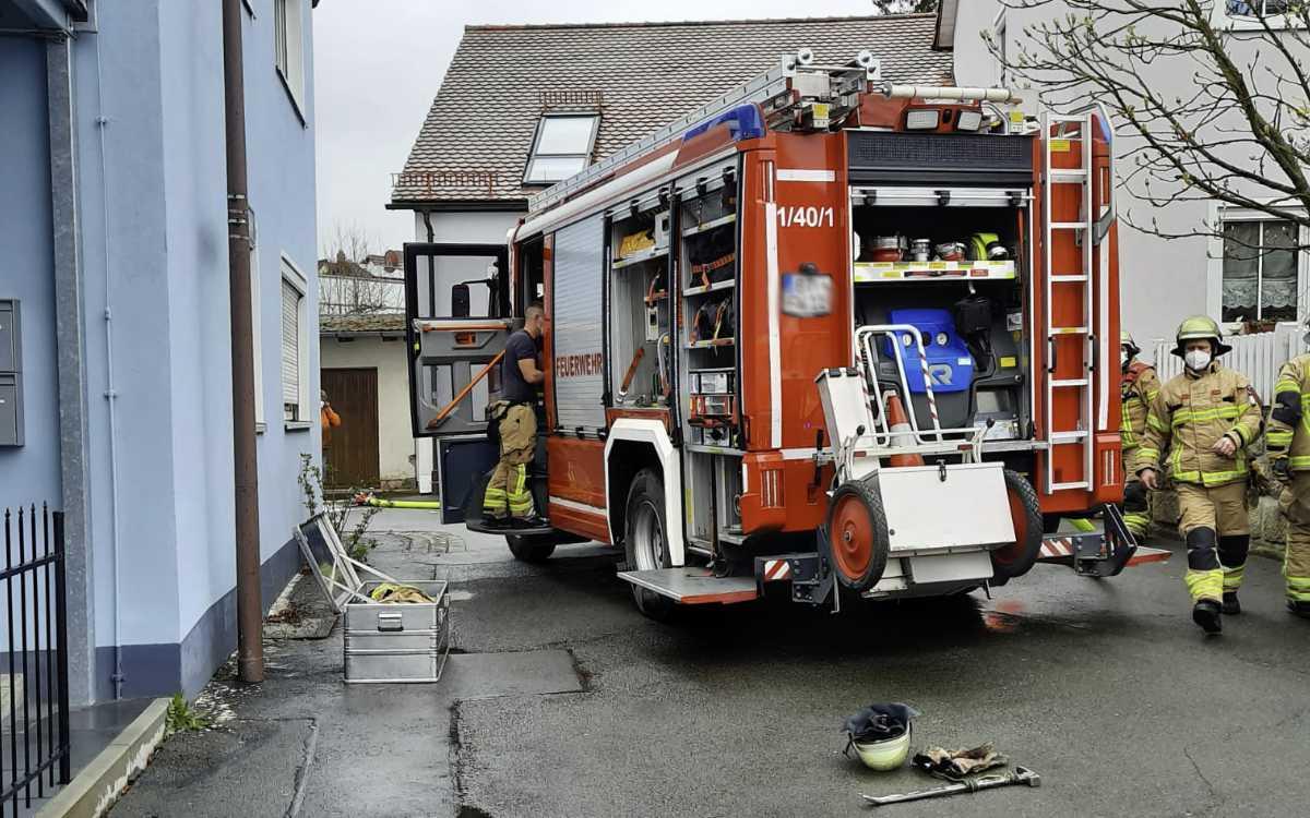 In Bayreuth stand ein Lieferwagen in Vollbrand. Einsatzkräfte vor Ort. Foto: Jürgen Lenkeit