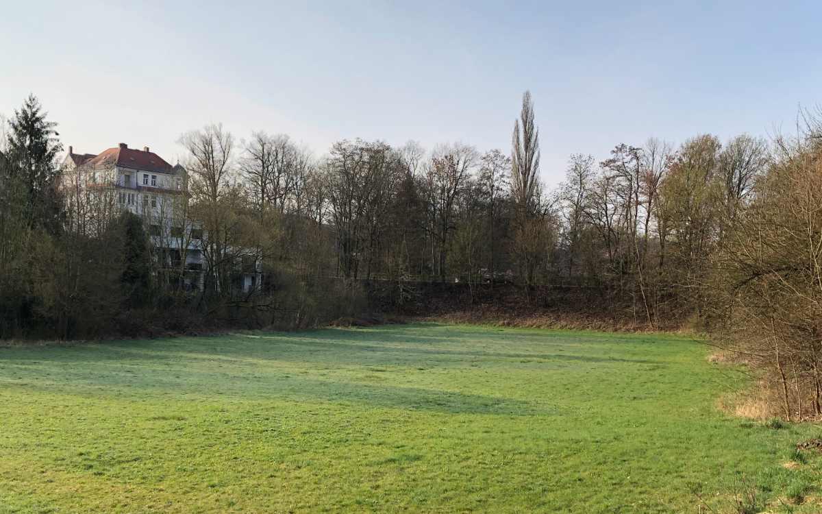 Auf dieser Freifläche an der Ecke Moritzhöfen und Hegelstraße soll ein Wohnhaus für Menschen mit Behinderung entstehen. Bild: Jürgen Lenkeit