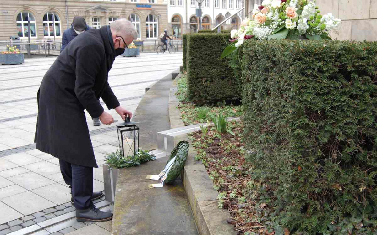 Im Gedenken an die Coronaopfer entzündet Oberbürgermeister Thomas Ebersberger eine Kerze. Bild: Stadt Bayreuth