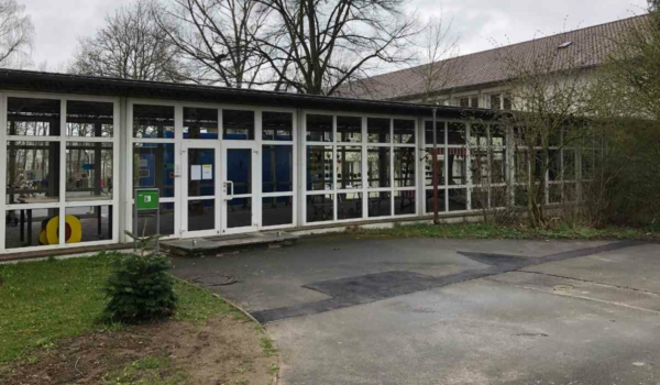 Die Grünen fordern: Die Grundschule St. Georgen soll wegen ihres maroden Verbindungsbaus in die Prioritätenliste A aufgenommen werden. Bild: Jürgen Lenkeit