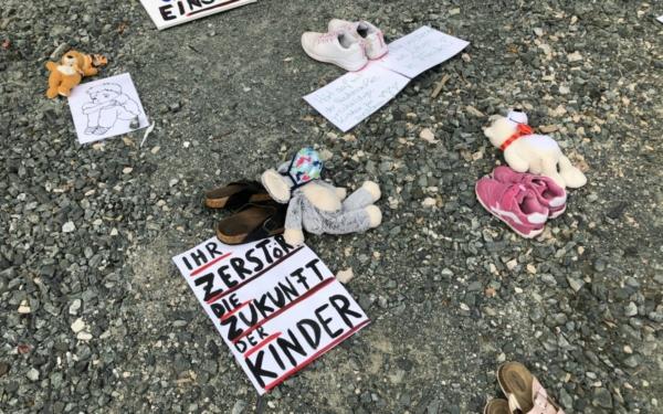 Mit einer nicht unumstrittenen Aktion vor dem Neuen Rathaus in Bayreuth, haben am Donnerstag (1.4.2021) Eltern gegen die