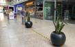 Pflanzkübel und Abfalleimer, aber keine Sitzbänke im Rotmain-Center. Diese wurden kürzlich abgebaut. Bild: Jürgen Lenkeit