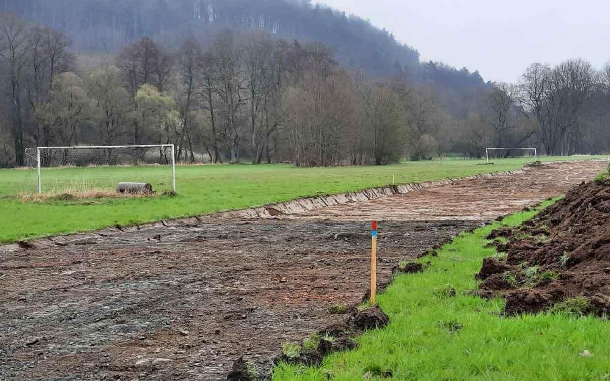 Bye-bye Bolzplatz: Wo bis vor Kurzem gekickt wurde, wird nun ein imposanter Hochwasserschutz gebaut. Das Bild entstand im April 2021. Bild: Jürgen Lenkeit