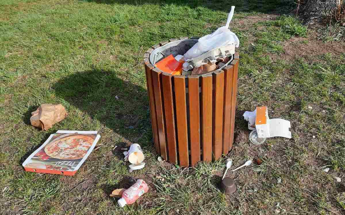 Gleicher Ort, anderer Tag, neuer Müll: Abfalleimer an der Bürgerreuth (24. April). Bild: Jürgen Lenkeit