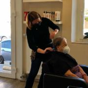 Sabine Eichner vom Salon Haarzeitlos in Bayreuth: Friseurbesuch in Bayreuth nur mit negativem Corona-Test oder vollständigem Impfnachweis. Bild: Jürgen Lenkeit