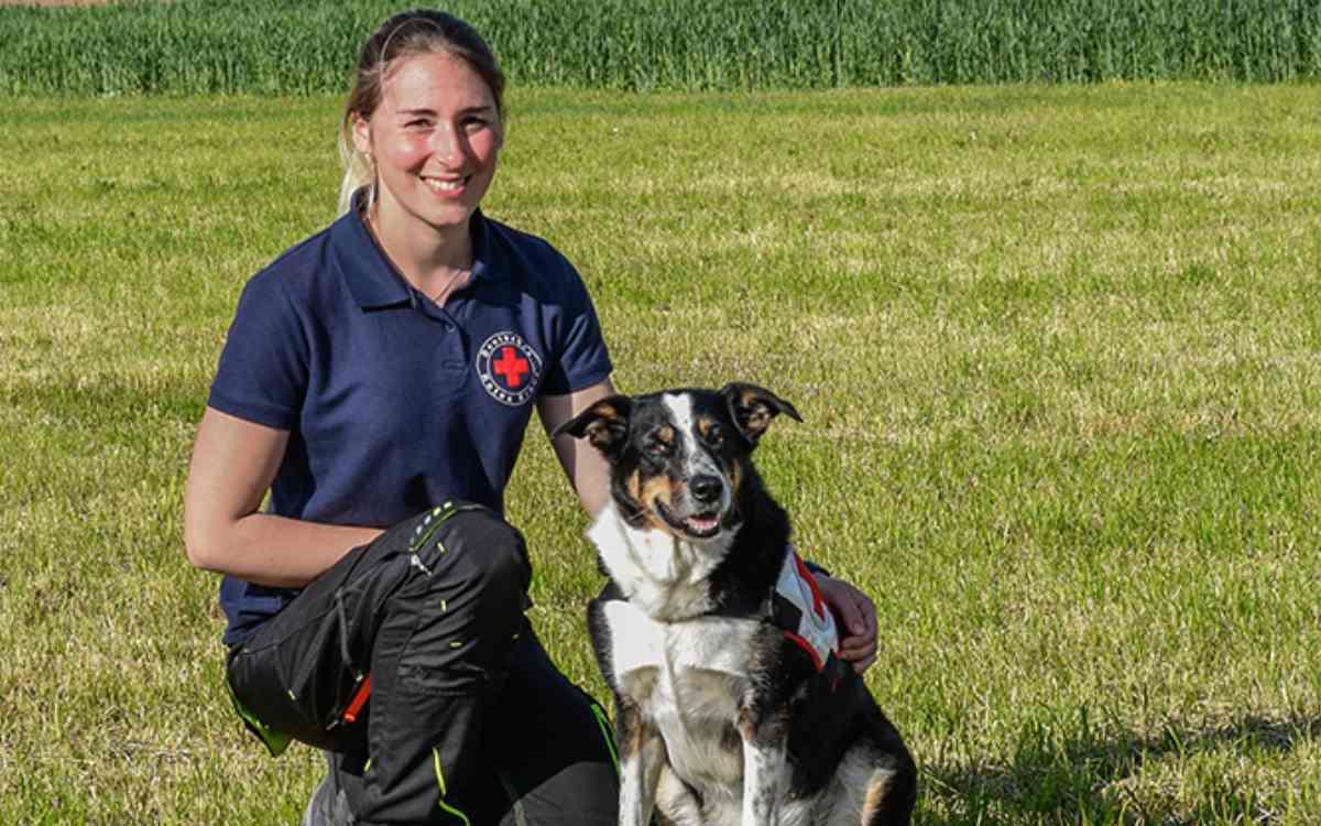 Fachdienstleiterin Ronja Rausch mit einem Hund der Staffel. Bild: privat
