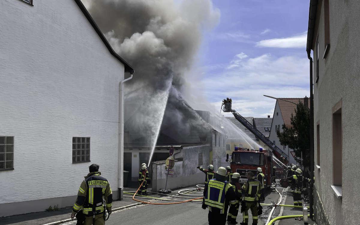 Feuer in Thiersheim im Landkreis Wunsiedel. Flammen schlagen aus dem Dachstuhl. Foto: News5/Fricke