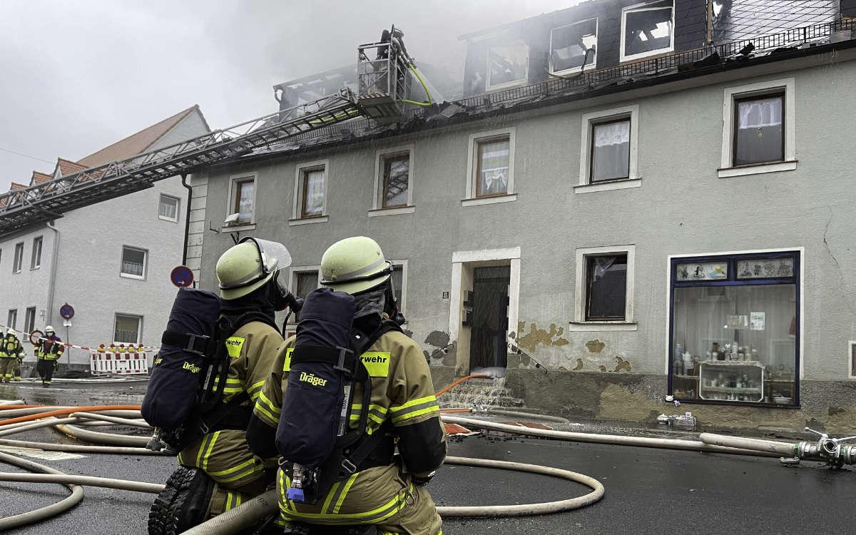Nach der Brand-Tragödie in Thiersheim am Freitag (30.4.2021) brannte es am Morgen des 1. Mai 2021 in einem benachbarten Haus. Flammen schlugen aus dem Dach. Foto: News5/Fricke