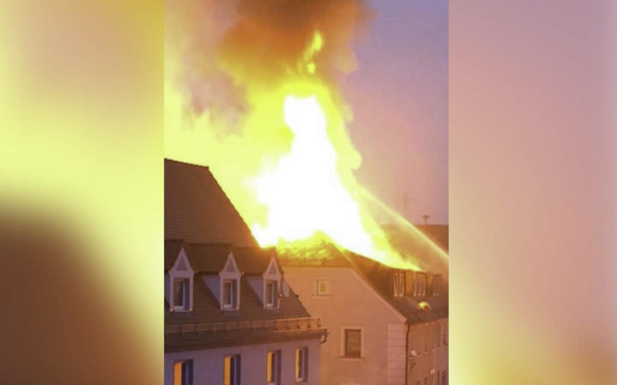Nach dem tragischen Brand in Thiersheim am Freitag (30.4.2021) brannte es am Morgen des 1. Mai 2021 in einem benachbarten Haus. Ein Brandbekämpfer wurde verletzt. Foto: News5/Fricke