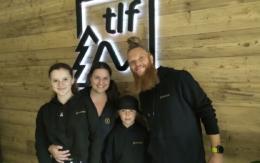 Ana und Tobias Herrmannsdörfer mit ihren Kindern Luan und Lana vor dem neuen Logo. Foto: Therapieloft Fichtelgebirge