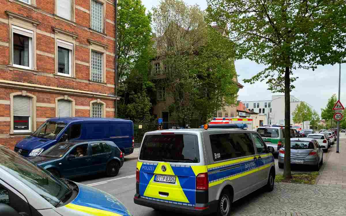 In Bamberg haben am Montagnachmittag Polizei und Sondereinsatzkommando einen bewaffneten Mann überwältigt. Bild: News5/Merzbach