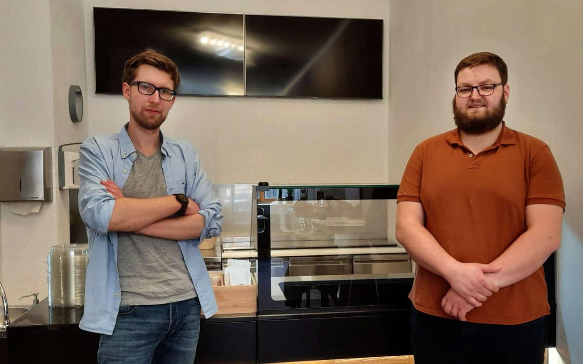 Sie haben das erste hawaiiarische Restaurant Bayreuths eröffnet: Benedikt Döring (links) und Philip Diller (rechts) vom Naupaka. Bild: Jürgen Lenkeit