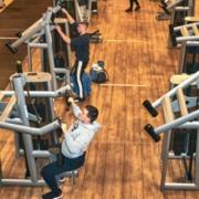 Freizeitsportler beim Trainieren im Fitnessstudio. Bild: Dominik von Winterfeld/McFit