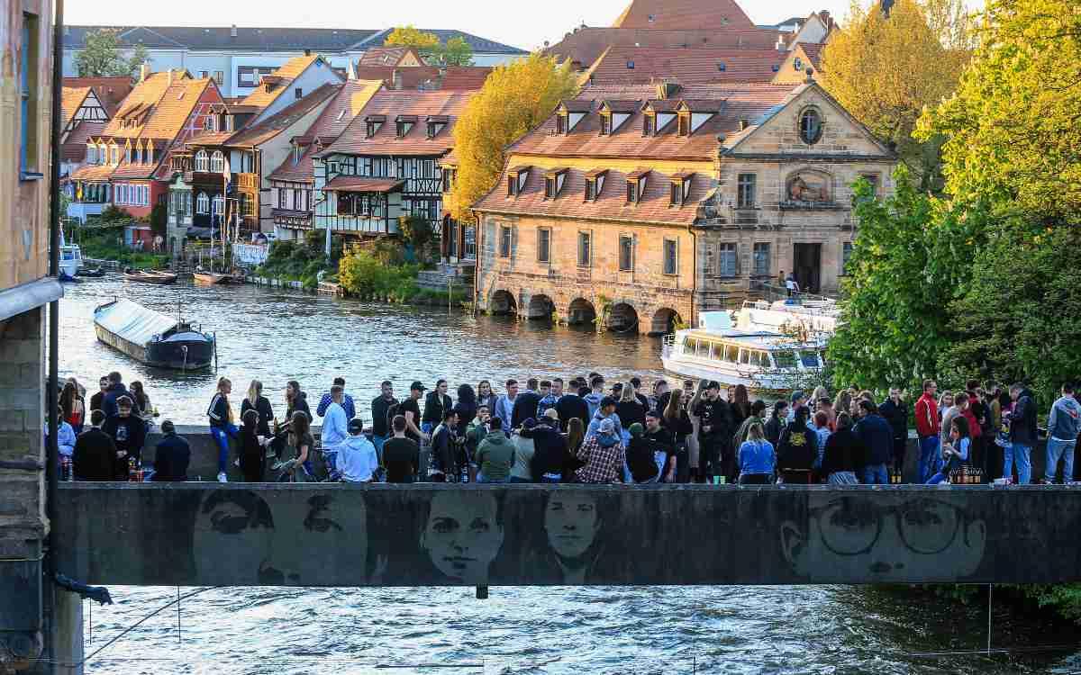 Untere Brücke in Bamberg: Regelmäßig Treffpunkt vieler Leute. Nun handelt die Stadt unkonventionell. Bild: NEWS 5/Merzbach