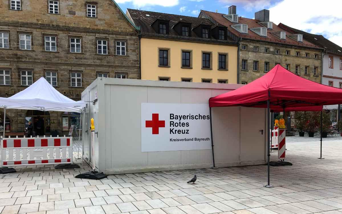 Das Schnelltest-Zentrum am Marktplatz: Seit 14.5.2021 kann man sich in der Bayreuther Fußgängerzone auf Corona testen lassen. Bild: Jürgen Lenkeit