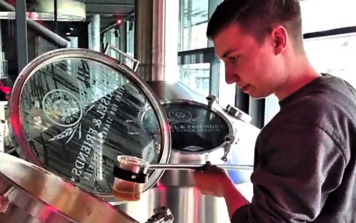 Brauer Christoph Reichenberger beim Ziehen der Jodprobe. Foto: Brauerei Gebr. Maisel KG
