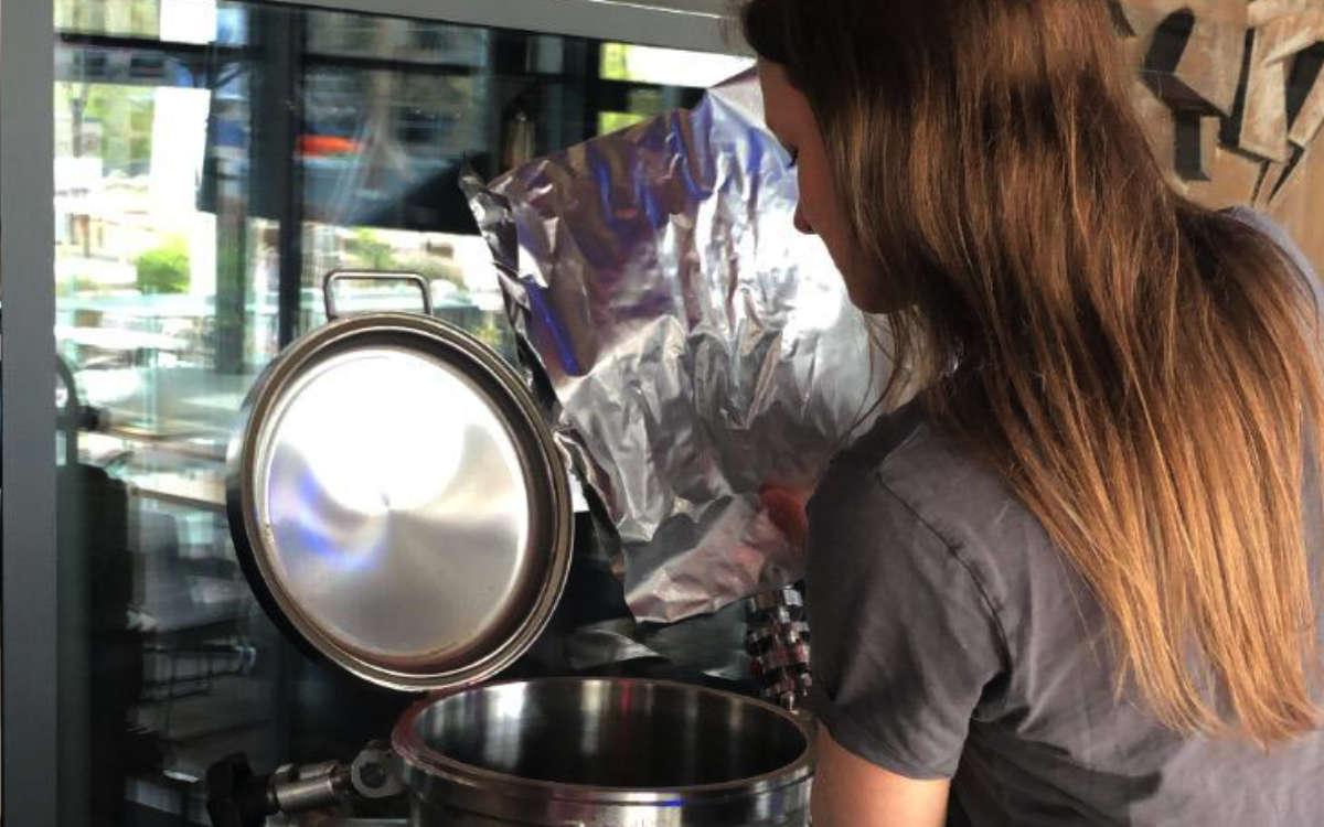 Veranstaltungskauffrau Emilie Carra bei der Hopfengabe. Foto: Brauerei Gebr. Maisel KG