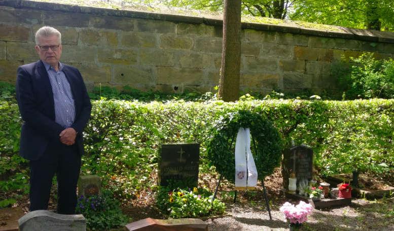 Bayreuths Oberbürgermeister Thomas Ebersberger (CSU) am Grab vom Oswald Merz. Foto: Redaktion