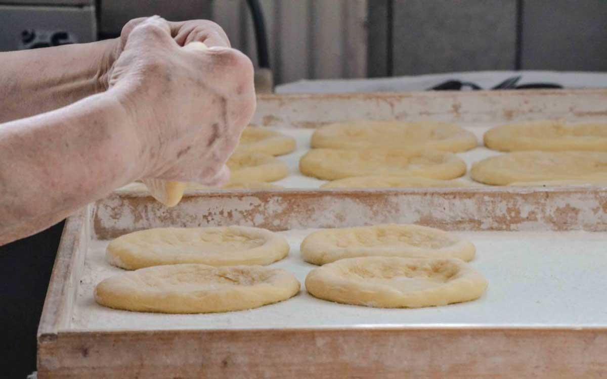 So werden echte fränkische Küchle gemacht. Foto: Alexandra Baier