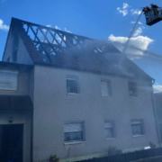 Am Samstagnachmittag (22. Mai) ist ein Haus in Gößweinstein Opfer eines Brandes geworden. Bild: NEWS5/Merzbach
