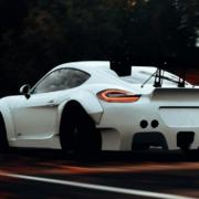 Ein Porschefahrer bedrängte und beleidigte auf der A93 erst andere Verkehrsteilnehmer, dann blieb er mit einem Motorschaden liegen. Symbolbild: pexels/Supreet