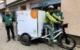 Samstagmittag (22.Mai) ging es mit dem neuen Lastenrad auf die erste Abholrunde: Felix Weidner (links) und Alfred Stritzl (rechts) von der Tafel Bayreuth mit Tafel-Vorstandsmitglied und Fahrer Klaus Wührl-Struller. Bild: Jürgen Lenkeit