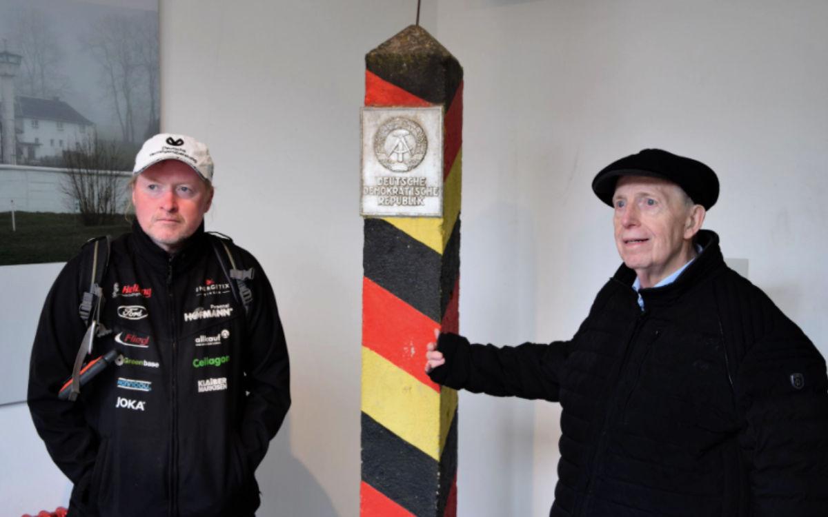 Joey Kelly und Reiner Calmund haben sich für eine TV-Dokumentation in Mödlareuth (Kreis Hof) getroffen. Bild: Landratsamt Hof