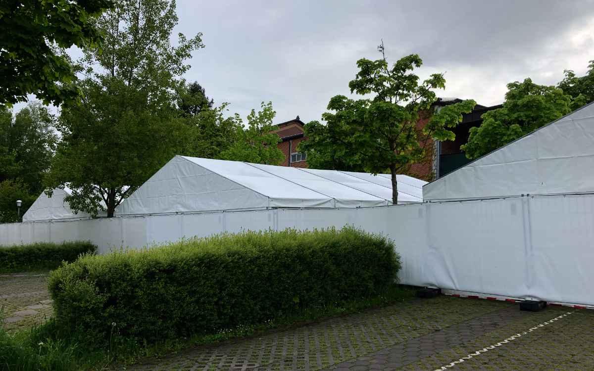 Der Zeltbereich der Bayreuther Festspiele aus Perspektive der Tannhäuserstraße. Bild: Jürgen Lenkeit
