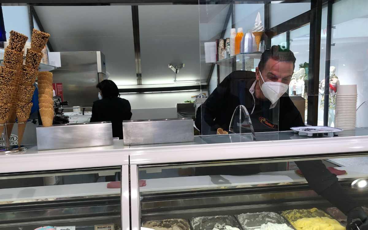 """""""Eis wird wieder mehr nachgefragt"""", sagt Antonio Demartis vom Eiskiosk im Rotmain-Center. Bild: Jürgen Lenkeit"""