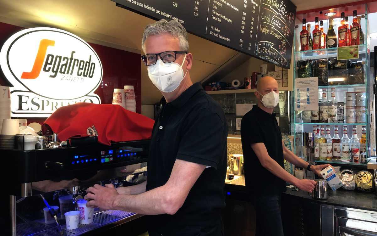 Jürgen Hopf (li.) und Mario Waldthausen (re.) von der Segafredo-Bar im Rotmain-Center. Bild: Jürgen Lenkeit