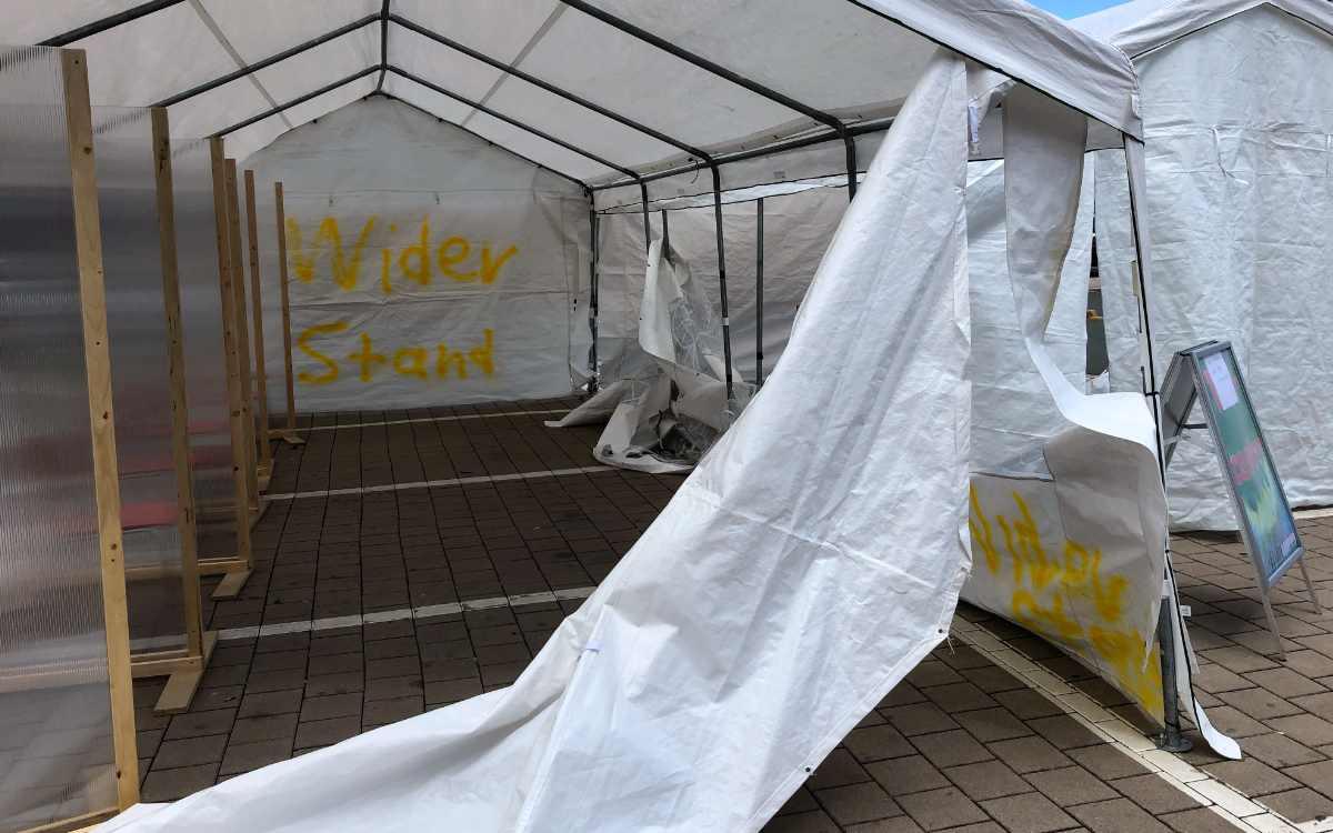 Die Corona-Teststation am Media Markt in Bayreuth wurde von Vandalen beschädigt - womöglich mit einem Messer. Bild. Jürgen Lenkeit