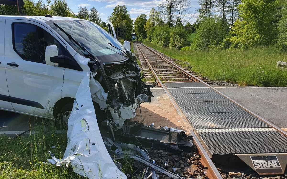 In Bayreuth wurde ein Kleintransporter bei einer Kollision mit einem Zug vorne total zerstört. Foto: News 5 / Kettel