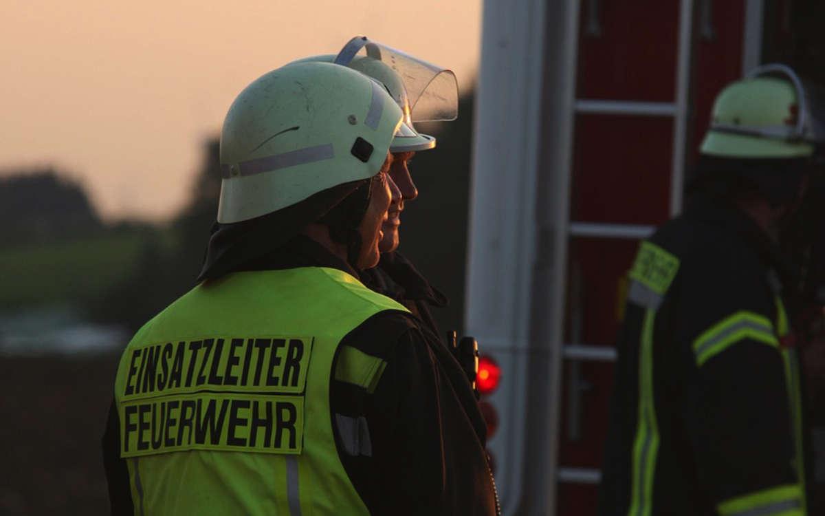 Nach einem Wildunfall bei Bad Windsheim ging ein Auto in Flammen auf. Zwei Jugendliche wurden lebensgefährich verletzt. Symbolfoto: Pixabay