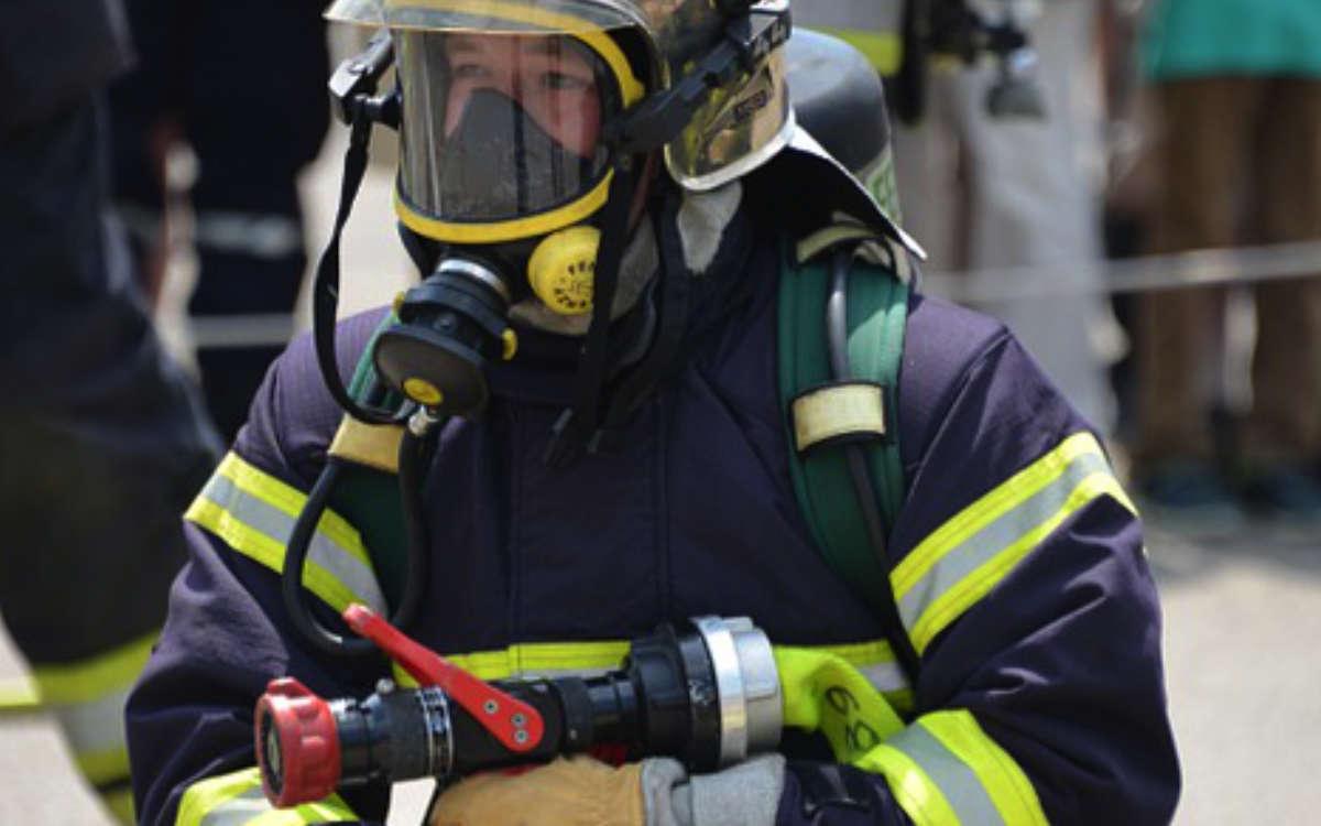 Feuer in Schnabelwaid. Die Feuerwehr müssen eine Person aus der brennenden Wohnung retten. Symbolfoto: Pixabay