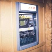 Teile des gesprengten Tresors eines Geldautomaten in Kemmern sind mittlerweile gefunden worden. Symbolbild: Unsplash/Erik Mclean